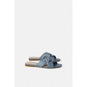 LEATHER LOW HEELED SANDALS WITH RING